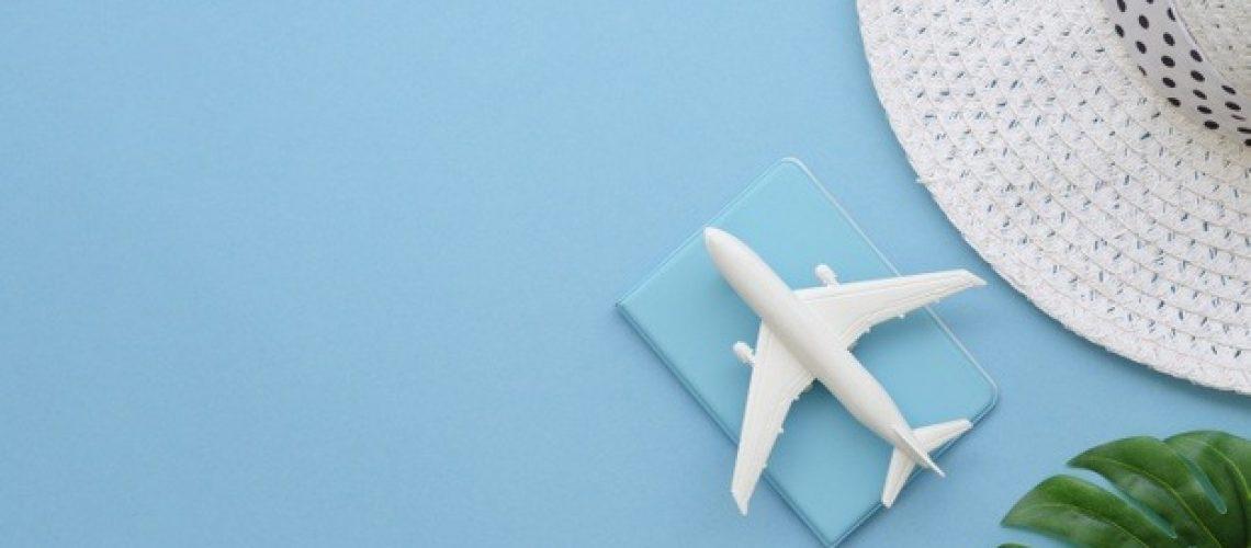 copia-spazio-cappello-con-aereo-e-passaporto_23-2148436320